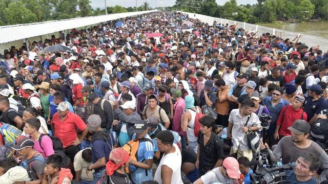 Menschenmenge auf einer Brücke.