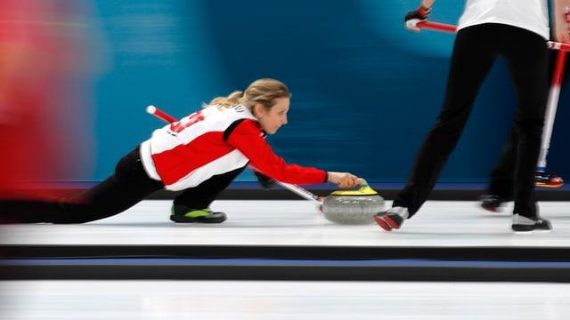 il skip da las dunnas svizras, Silvana Tirinzoni, en acziun als gieus olimpics a Pyeongchang