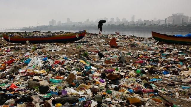 Plastik türmt sich am Strand