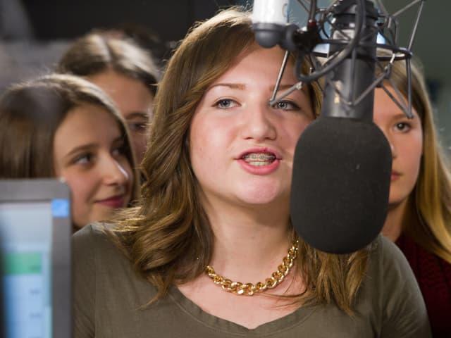 Verschiedene Schülerinnen wechselten sich am Mikrofon ab.