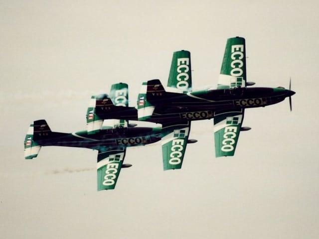 Vier alte Flugzeuge präsemntieren eine Show im Jahr 1991.