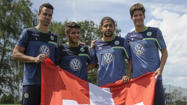 Die Rodriguez-Brüder Francisco und Ricardo, Timm Klose und Diego Benaglio posieren mit der Schweizer Fahne.