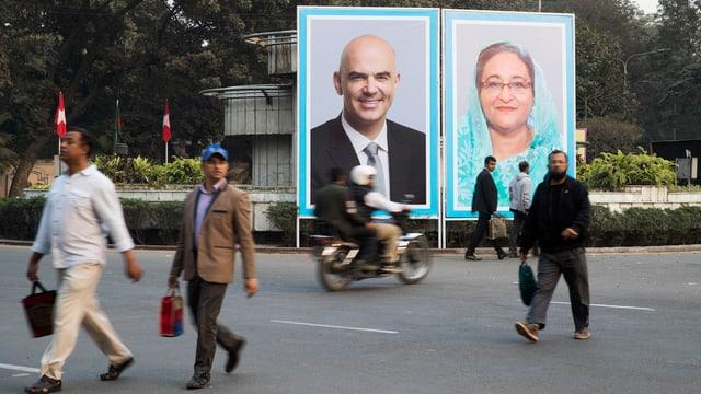 Plakat berset an einer Kreuzung