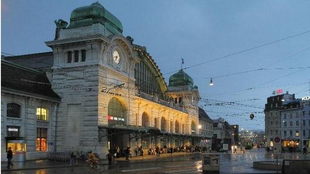 Gebäude Basler Bahnhof SBB in der Nacht.