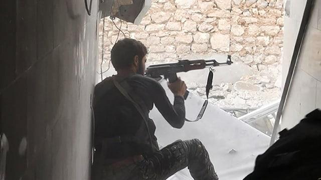 IS-Kämpfer mit Gewehr.