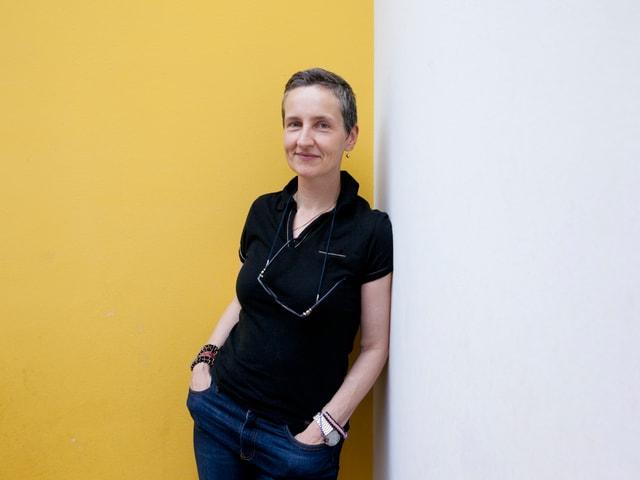 Séverine Vitali lehnt an eine Wand.