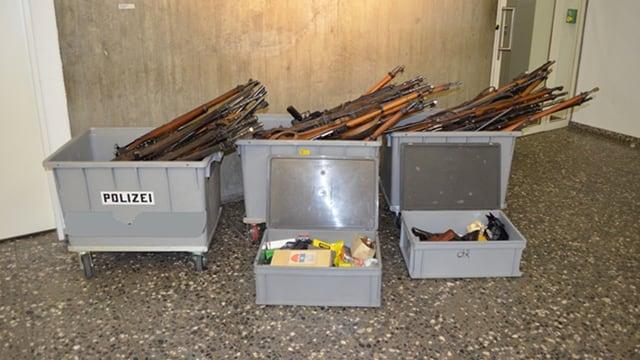 311 armas e 184 kilos muniziun han chattà la via tar la polizia. Las armas e la muniziun èn deponidas en stgatlas da plastic grischas.