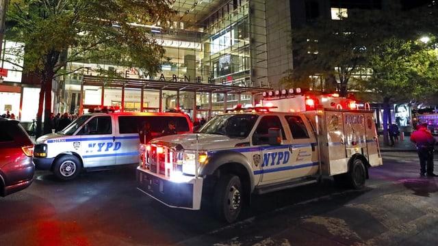 Autos da polizia la notg en acziun.