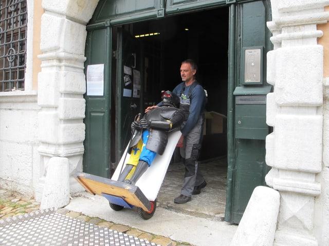 Co-Leiter des Alten Zeughauses, Jürg Räz, karrt den Züghusjoggeli aus dem Gebäude.