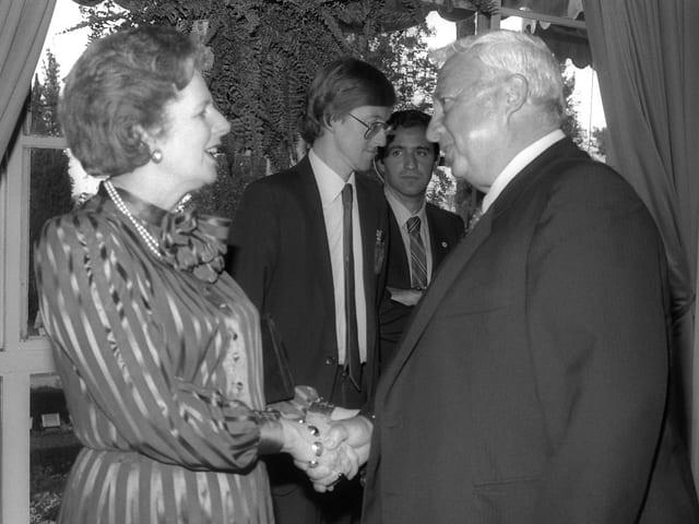 Ariel Sharon grüsst die britische Politikerin Margaret Thatcher per Handschlag.