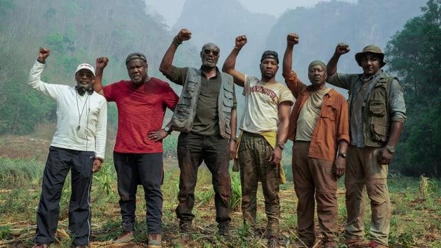 Regisseur Spike Lee posiert auf dem Set von «Da 5 Bloods» mit seinen Darstellern in Black-Power-Pose.