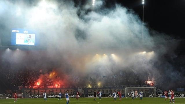 Bei Zürcher Derbys (Aufnahme von 2012) werden immer wieder verbotene Pyros gezündet.