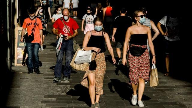 Touristen kaufen ein in Barcelona