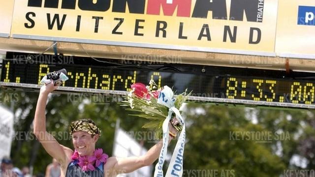 Olivier Bernhard aus Heiden jubelt beim Zieleinlauf, nachdem er im Sommer 2002, den Zürcher Ironman gewonnen hat.