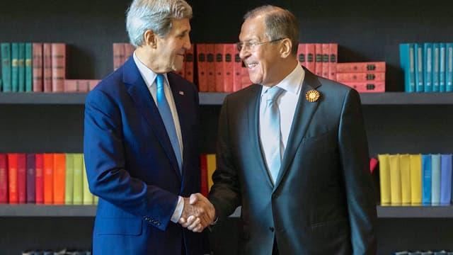 John Kerry und Sergej Lawrow geben sich die Hand