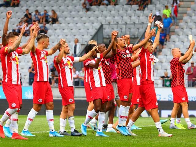 Die Spieler von RB Salzburg feiern mit den Fans.