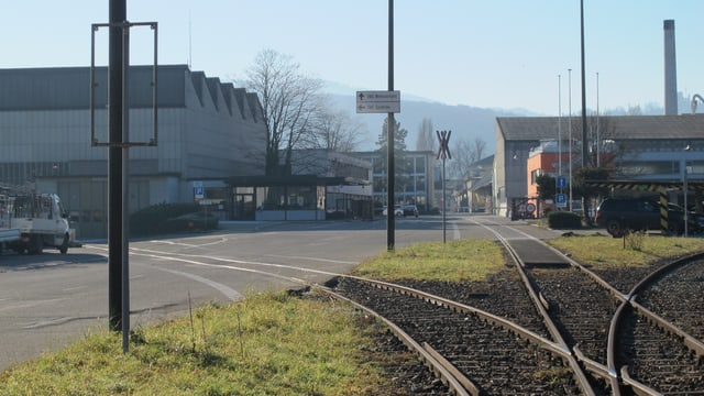 Geleise führen in drei verschiedene Richtungen, im Hintergrund Swissmetal-Fabrikhalle