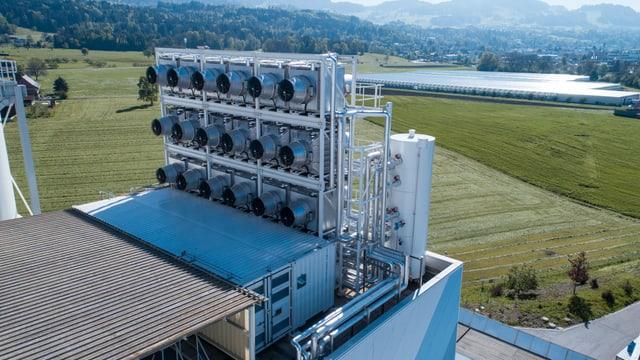 Zu sehen sind die Ventilatoren der Firma Climeworks, die CO2 aus der Luft aufsaugen und an eine Gärtnerei weiterleiten.