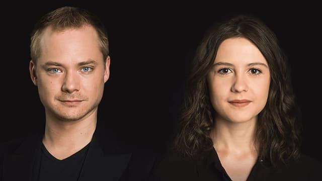 Junger Mann und junge Frau vor schwarzem Hintergrund