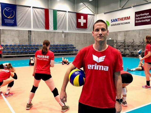Timo Lippuner posiert mit dem Ball unter dem rechten Arm.