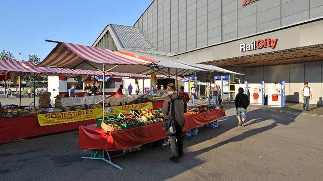Ein Marktstand auf dem Meret Oppenheim-Platz vor dem Basler Bahnhof SBB