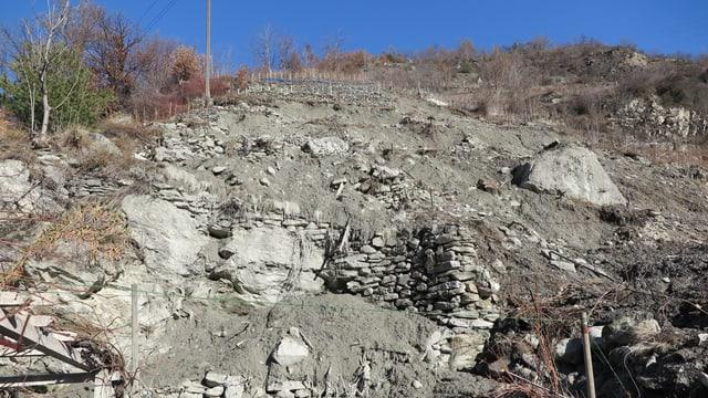 Ein ganzer Hang von Trockensteinmauern ist hinuntergerutscht.