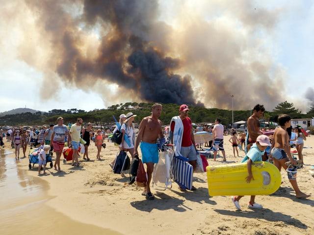 Touristen vor Rauchsäule
