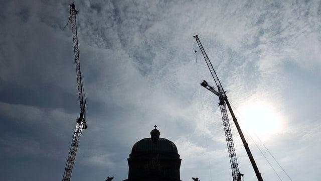 Das Bundeshaus mit Baukränen