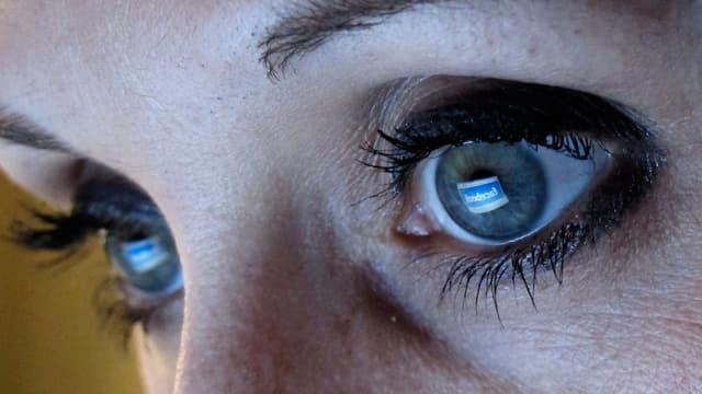 Zwei Augen schauen in den Bildschirm.