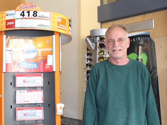 Fritz Jäger steht neben einem Ständer voll Lottokarten.