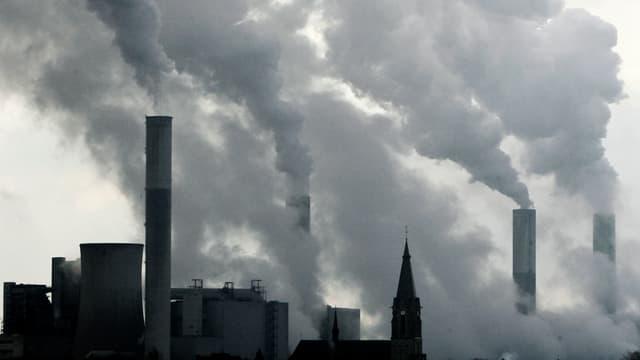 Rauchende Fabrikschornsteine.