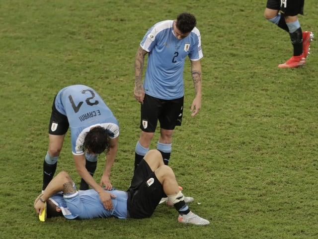 Luis Suarez muss getröstet werden.