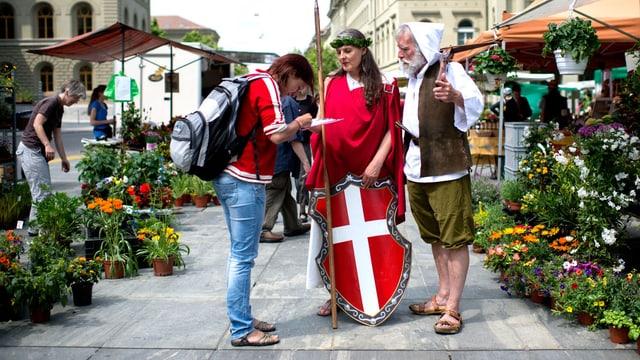 Wilhelm Tell und Helvetia sammeln Unterschriften für eine Initiative.