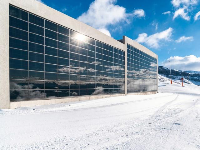 Riders Hotel mit vertikalen Solarpanels