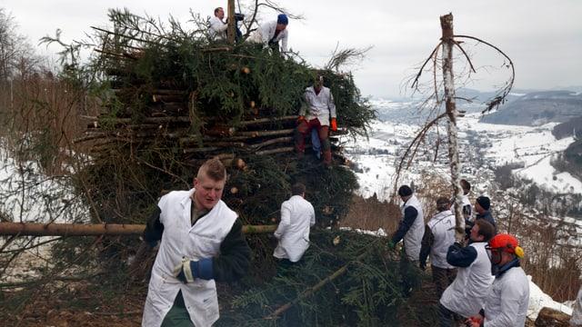 Aufbau des Fasnachtsfeuers in Wittnau.