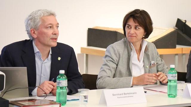 Kantonsbibliothekar Bernhard Bertelmann und Regierungsrätin Monika Knill sitzen zusammen am Tisch.