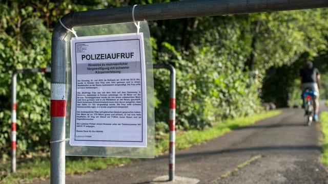 Radweg in Emmen mit Aufruf der Polizei zu Hinweisen.
