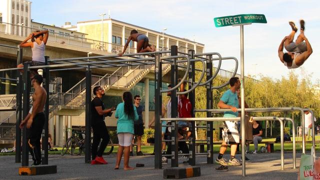 Leute klettern an Street-Workout-Geräten