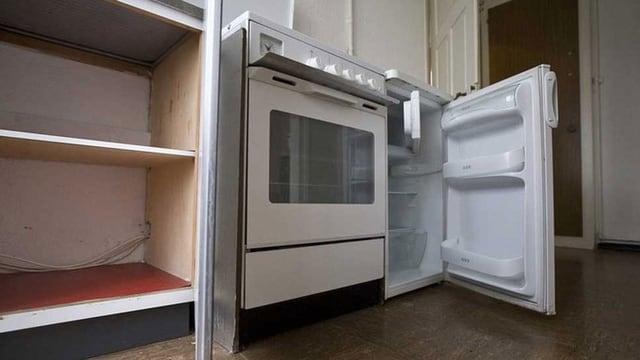 Ein alter Kühlschrank und ein alter Backofwen