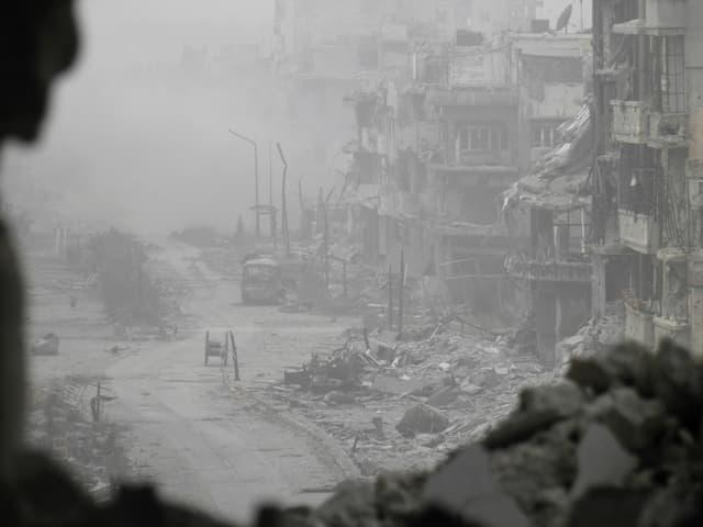 Zerbombte Strasse in Syrien.