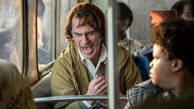 Joker lacht im Bus