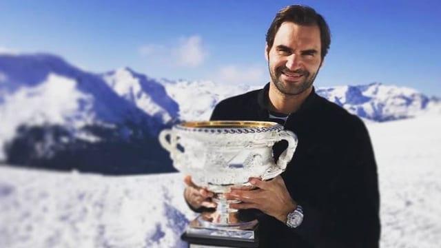 Roger Federer und der Australian-Open-Pokal in den Alpen