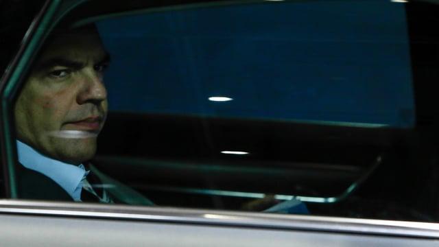 Tsipras in einem Auto.