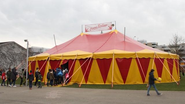 Zirkuszelt, Kinder am Eingang.