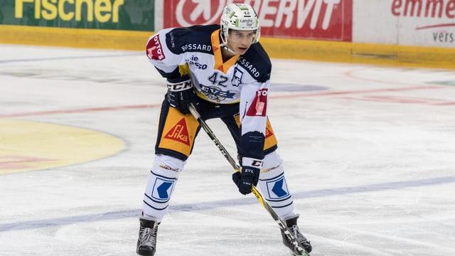Eishockeyspieler steht auf dem Eis.