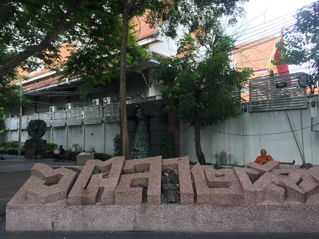 Blick auf ein Denkmal bei der Thammasat-Universität