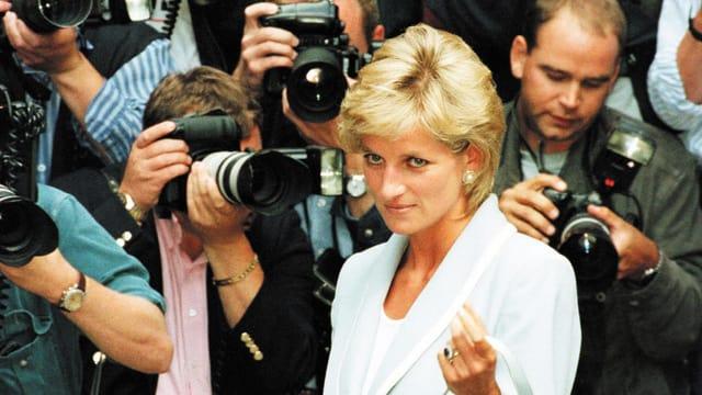Diana vor Fotografen