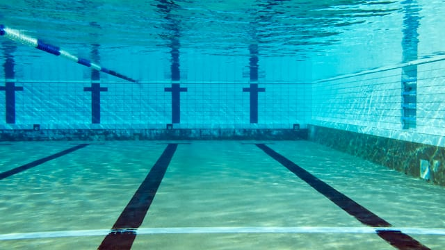 Unterwasserbild eines Schwimmbeckens.