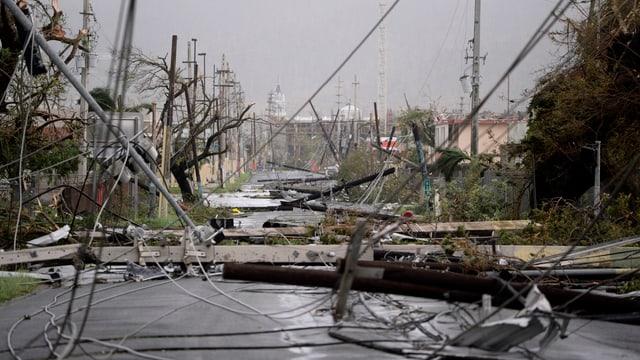 Strasse auf Puerto Rico mit umgefallenen Strommasten übresät.