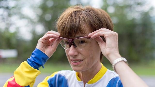 Ruth Humbel im Sport-Dress mit einer Sport-Brille